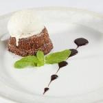 Горячий шоколадный торт с шариком ванильного мороженого