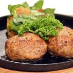 Котлеты мясные с овощами, запеченными на гриле и шпинатом