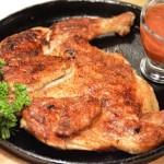 Цыпленок Табака с соусом из помидоров и зелени