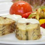 Осетрина под сливочно-икорным соусом с жареными овощами