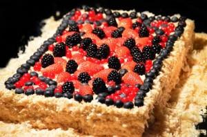 торт Наполеон с лесными ягодами